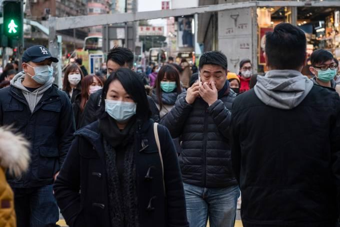 Prevenção contra o coronavírus: pedestres usam máscaras em Hong Kong