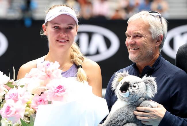 Caroline Wozniacki posa com seu pai e treinador Piotr Wozniacki