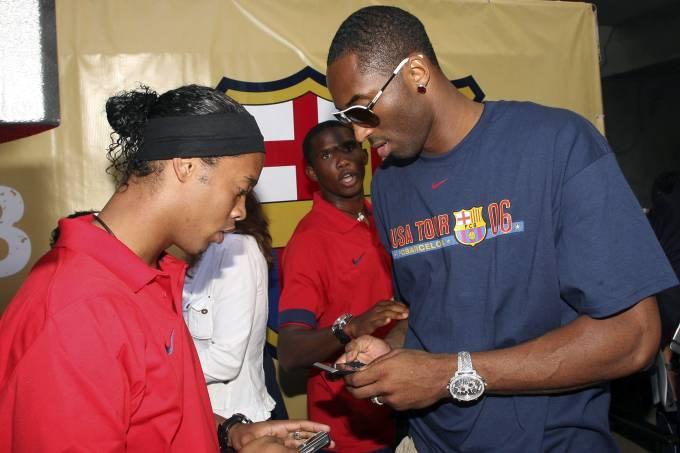 Ronaldinho Gaúcho e Kobe durante evento nos EUA, em 2006