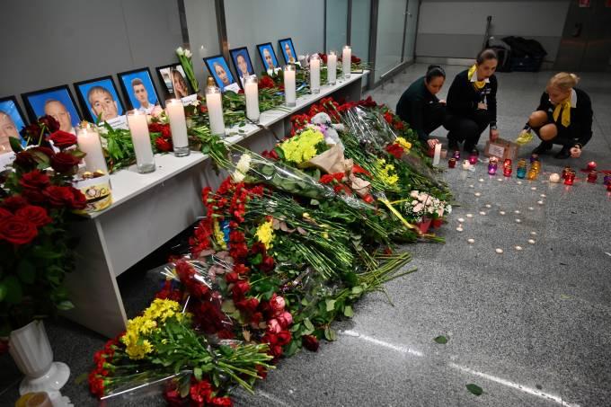 Funcionários do aeroporto de Kiev deixam homenagens a vítimas do desastre aéreo