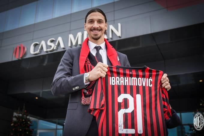 Zlatan Ibrahimovic é apresentado com a camisa 21 do Milan