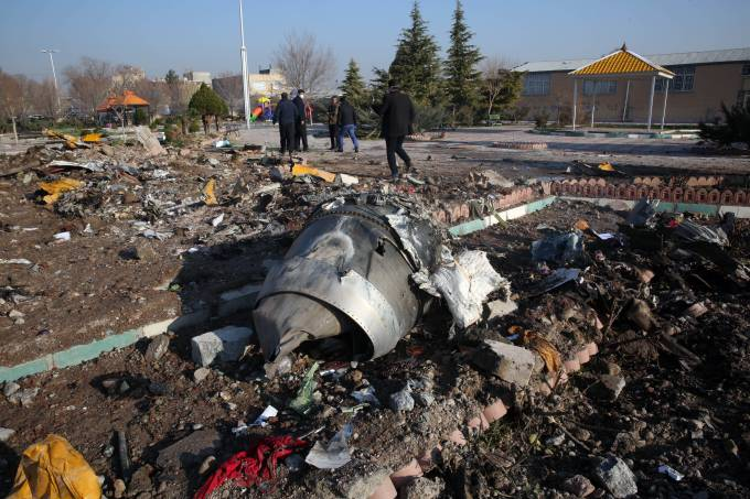 Equipes recuperam destroços de avião que caiu em Teerã