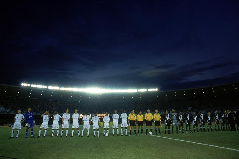 Os times de Corinthians e Vasco perfilados minutos antes do início da decisão do primeiro Mundial de Clubes organizado pela Fifa