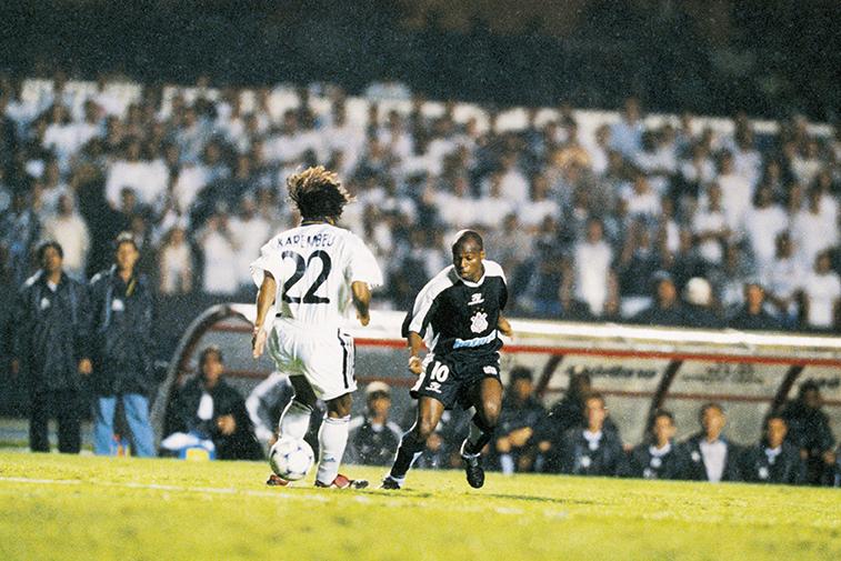 O drible antológico de Edílson sobre o francês Karembeu, do Real Madrid, que resultou em gol do Corinthians sobre o time espanhol do Mundial de Clubes de 2000