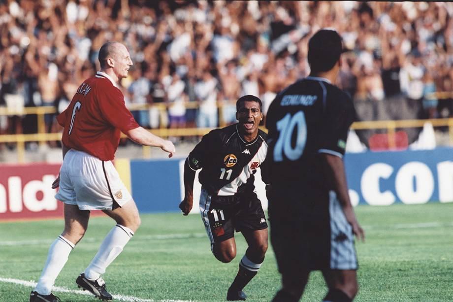 Romário comemora o gol marcado contra o Manchester United no Maracanã, em partida válida pelo Mundial de Clubes da Fifa de 2000
