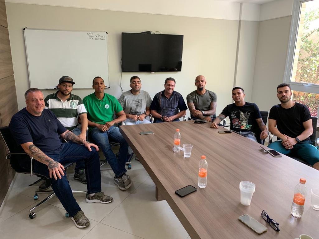 Luxemburgo, Felipe Melo, Dudu e Bruno Henrique com integrantes da Mancha Alviverde
