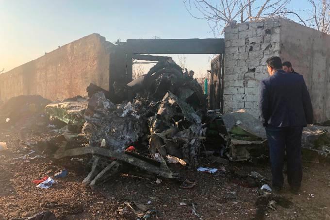 Destroços de avião que caiu em Teerã, no Irã
