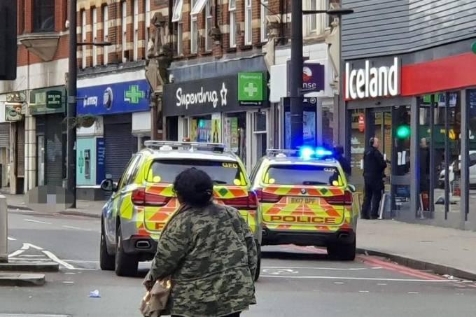 Homem é morto após ataca com faca no sul de Londres