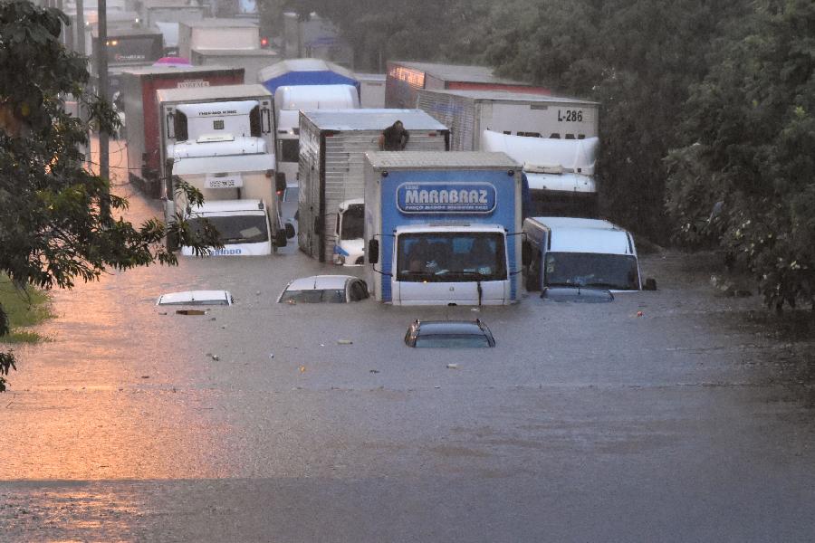 Carros ficam debaixo d'água na região da Ponte das Bandeiras, Marginal Tietê