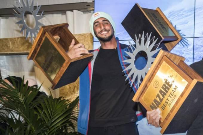 Surfista Lucas Chumbo com os troféus que ganhou em Nazaré, Portugal