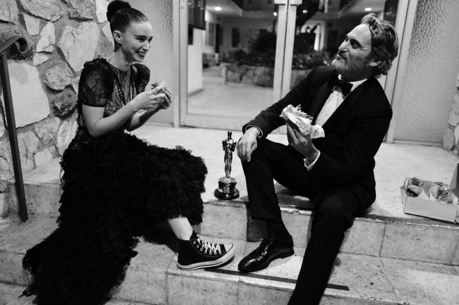 Joaquin Phoenix e sua mulher, Rooney Mara, comendo um sanduíche vegano pós Oscar