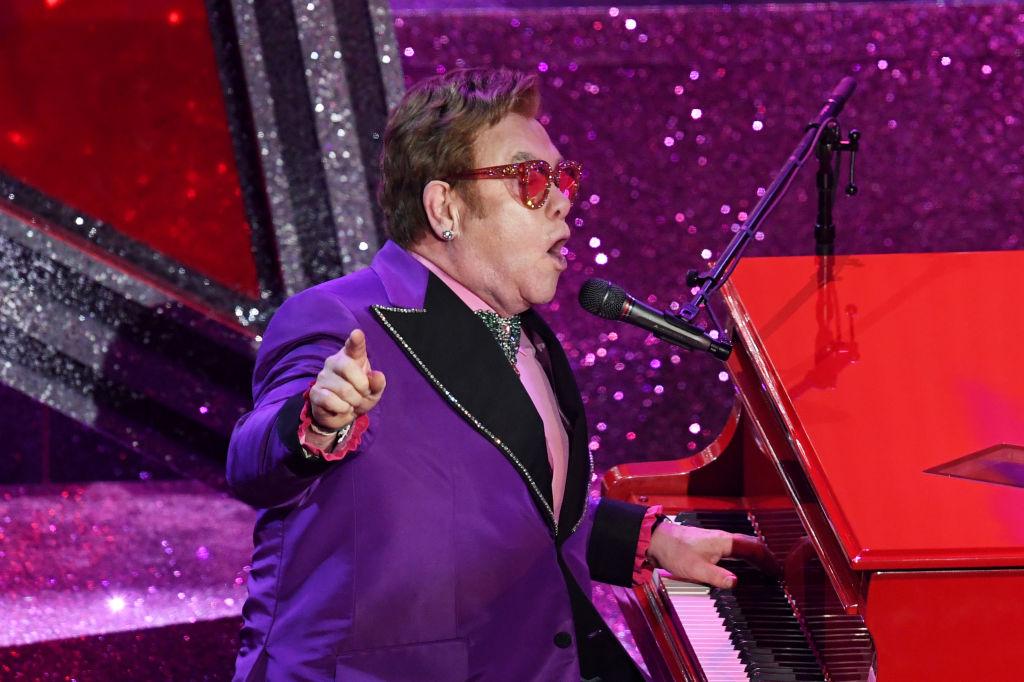 Elton John durante show na premiação do Oscar, em Hollywood
