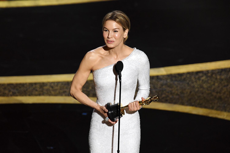Renée Zellweger recebe o Oscar de melhor atriz por 'Judy – Muito além do Arco-Íris'