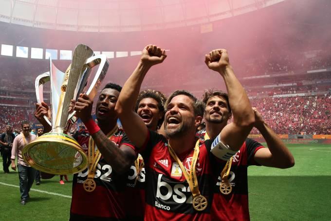 Bruno Henrique, Arão, Diego e Rodrigo Caio, do Flamengo, erguem a taça da Supercopa do Brasil