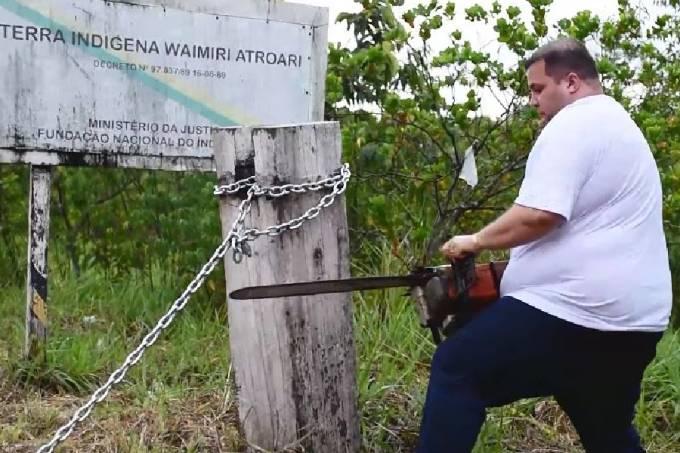 Deputado estadual Jeferson Alves (PTB-RR) usa motosserra para quebrar corrente