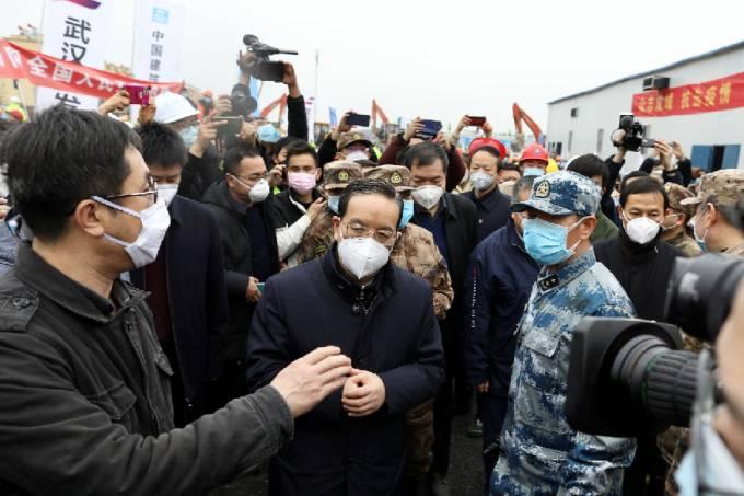Jiang Chaoliang em visita a hospital em Wuhan