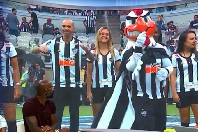 Mascote do Atlético-MG fez jogadora dar voltinha e depois fez gestos com a mão