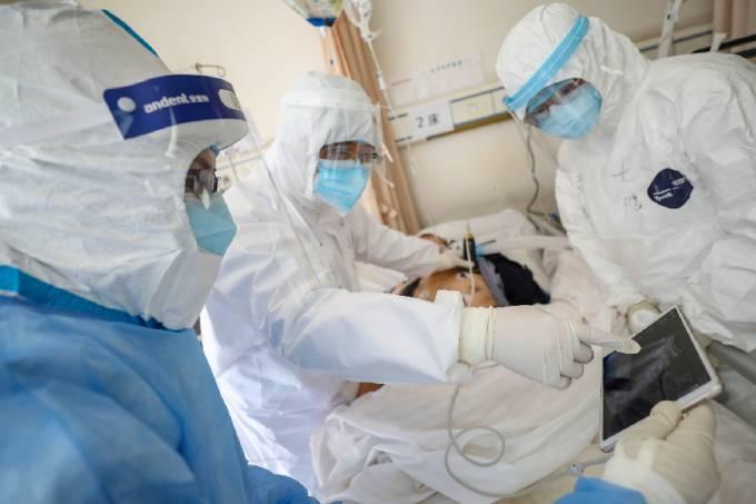 Médicos atendem paciente com coronavírus em Wuhan