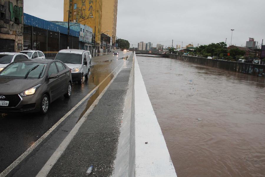 Rio Tamanduateí com risco de transbordamento após fortes chuvas