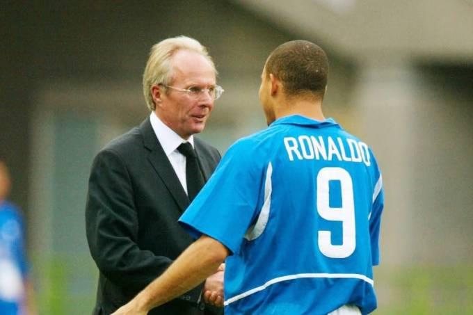 Sven-Göran Eriksson, então técnico da Inglaterra, cumprimenta Ronaldo após vitória do Brasil na Copa de 2002