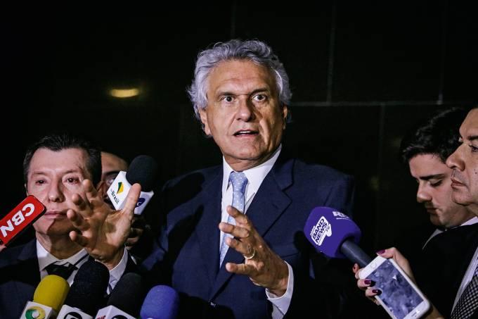 O governador de Goiás, Ronaldo Caiado, fala à imprensa