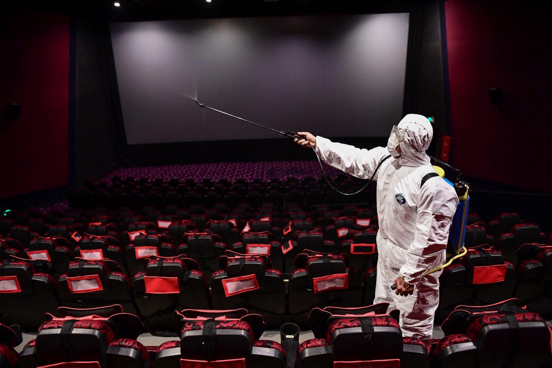 Funcionário esteriliza salas de cinema em Shenyang, no norte da China.