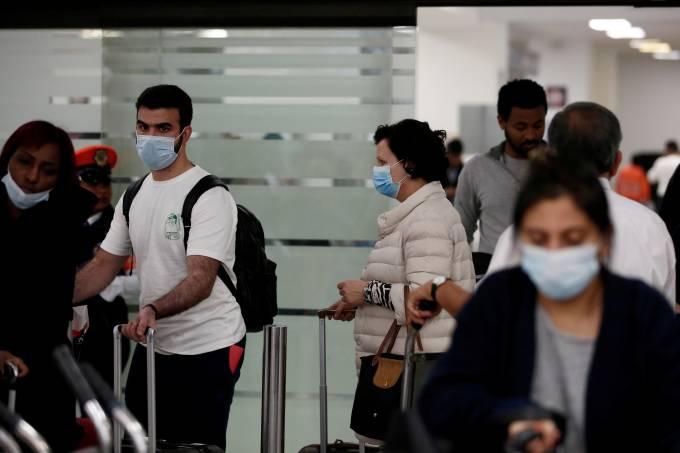 Pessoas com máscara em aeroporto da Cidade do México