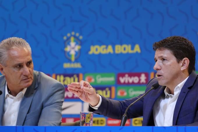 Tite e o coordenador Juninho durante convocação da seleção