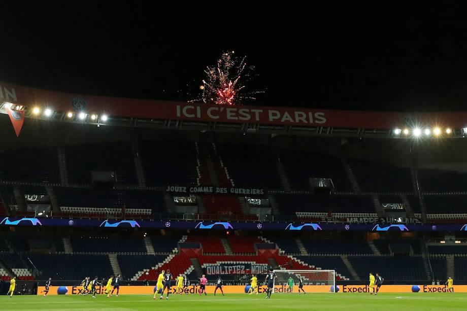 Fogos de artifício são vistos do lado de fora do estádio Parc des Princes, na França
