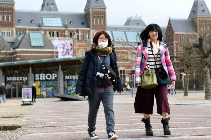 Tourists are confronted with a closed Rijksmuseum because of the coronavirus outbreak