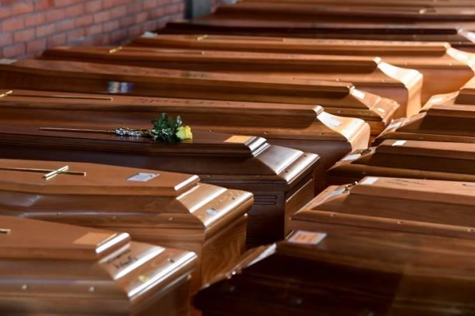 Caixões de pessoas que morreram por causa do coronavírus em igreja no norte da Itália