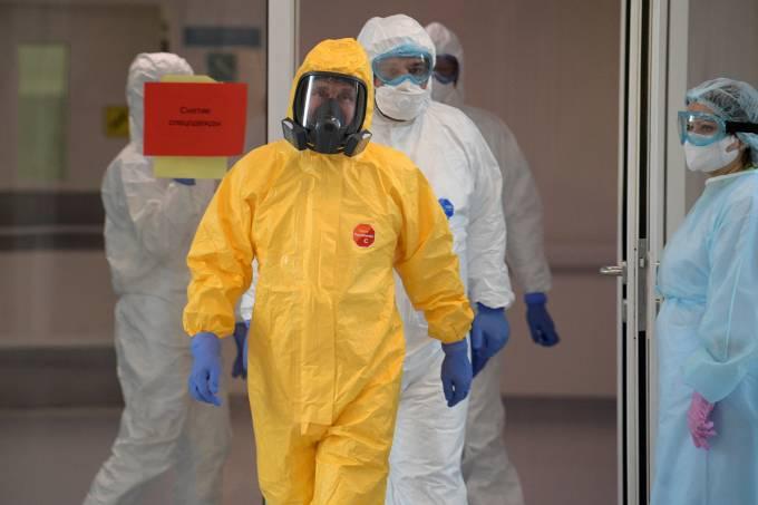 Presidente russo, VladimirPutin, visita hospital de Moscou com roupa de proteção