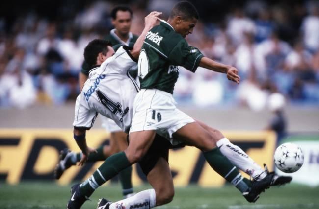 Alex, do Palmeiras, contra Gamarra, do Corinthians, no jogo da Libertadores de 1999.