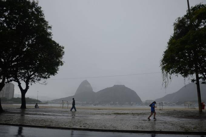 Cariocas enfrentam domingo de clima chuvoso, na Praia de Botafogo