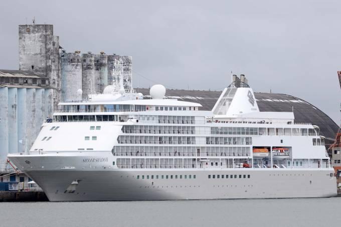 Navio isolado no porto do Recife.