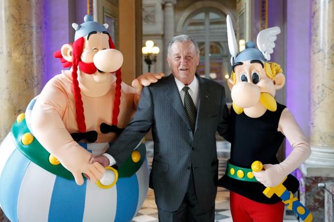 O cartunista Albert Uderzo ao lado de suas criações: Asterix e Obelix
