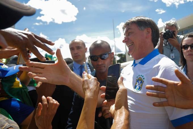Bolsonaro confraterniza com manifestantes em frente ao Palácio do Planalto