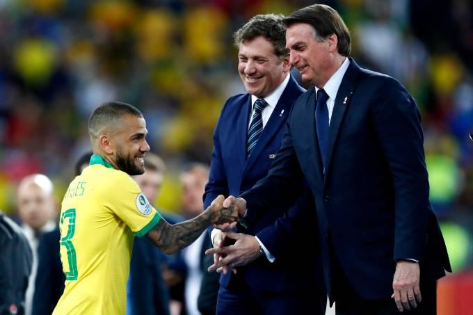 Daniel Alves com Bolsonaro na final da Copa América de 2019