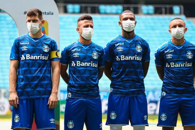 Jogadores do Grêmio entraram de máscara diante do São Luiz
