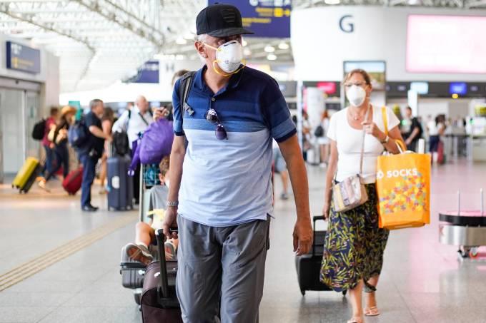 Tempos de coronavírus: passageiros usam máscaras de proteção no aeroporto do Galeão, no Rio de Janeiro (14/03/2020)