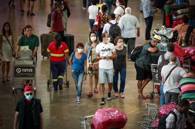 Tempos de coronavírus: passageiros usam máscaras de proteção no aeroporto de Guarulhos, em São Paulo (14/03/2020)