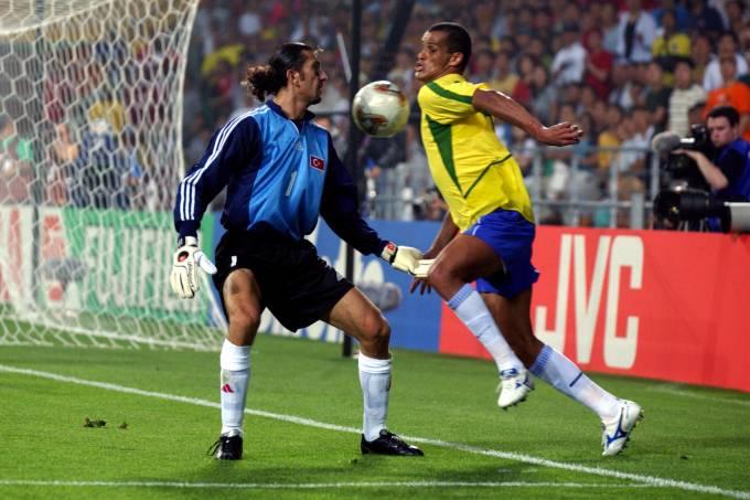 Rustu contra Rivaldo, na Copa de 2002