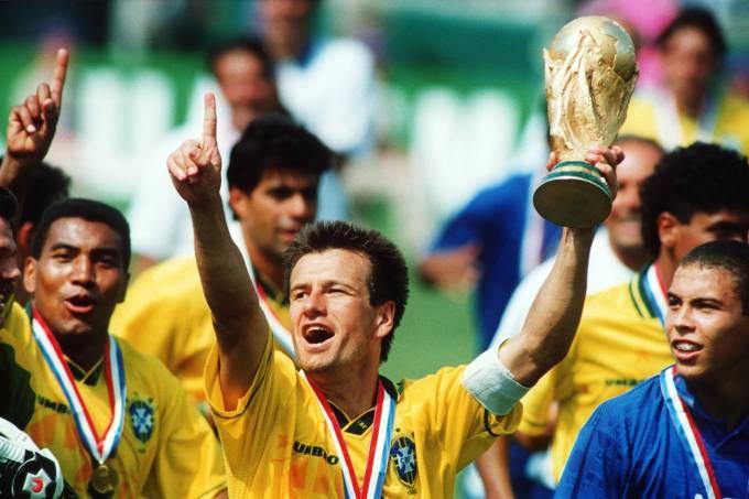 Dunga, capitão da seleção brasileira, com a taça da Copa de 1994