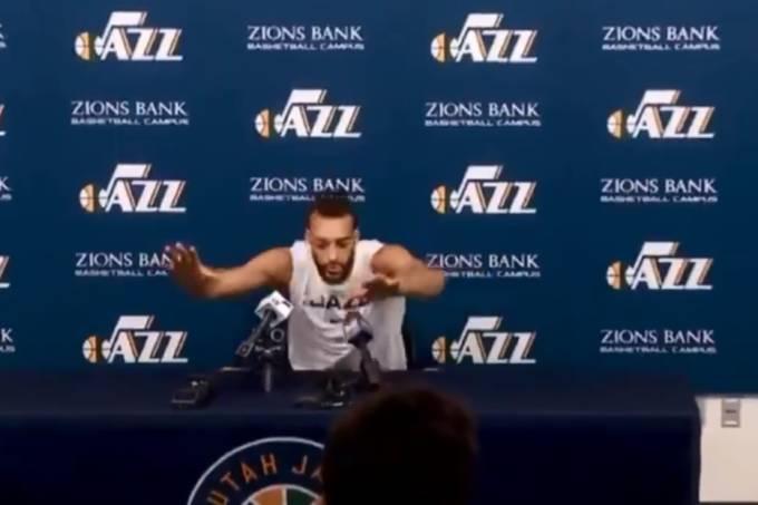 Rudy Gobert, do Utah Jazz, tocou nos microfones de jornalistas