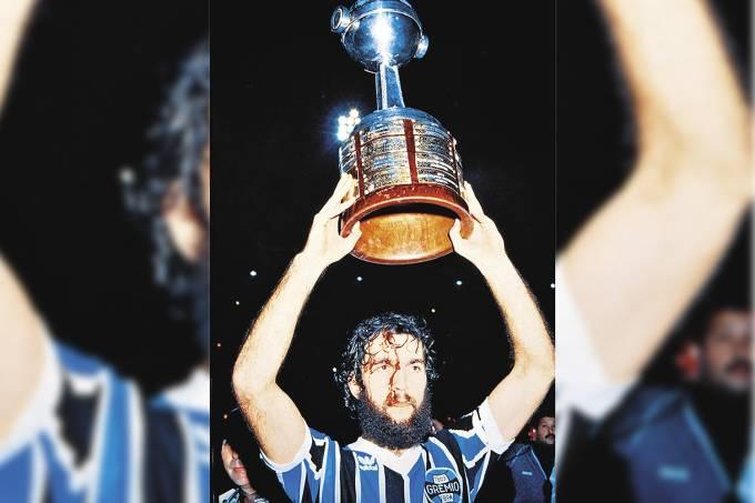 Hugo De Léon, do Grêmio, erguendo o troféu da conquista da Taça Libertadores da A