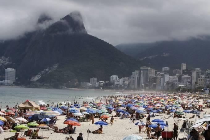 Cariocas vão à praia apesar de decreto do governo do estado impedindo a aglomeração de pessoas
