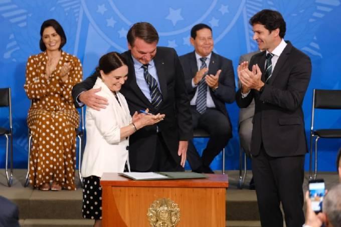 Bolsonaro abraça Regina Duarte durante a posse da nova secretária da Cultura