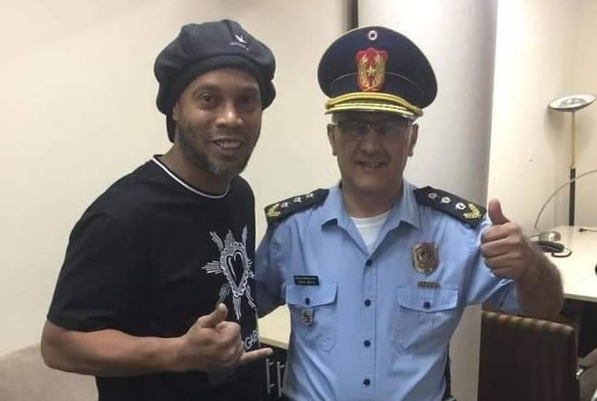 Ronaldinho Gaúcho posou para fotos com um delegado em Assunção