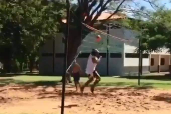 Ronaldinho jogando futevôlei na prisão