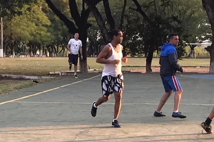 Ronaldinho tem jogado futebol todos os dias, conta delegado